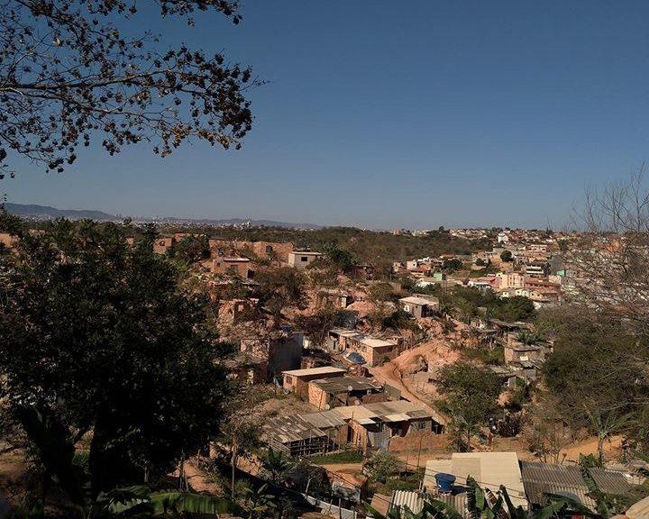 Vista panorâmica de uma comunidade periférica.