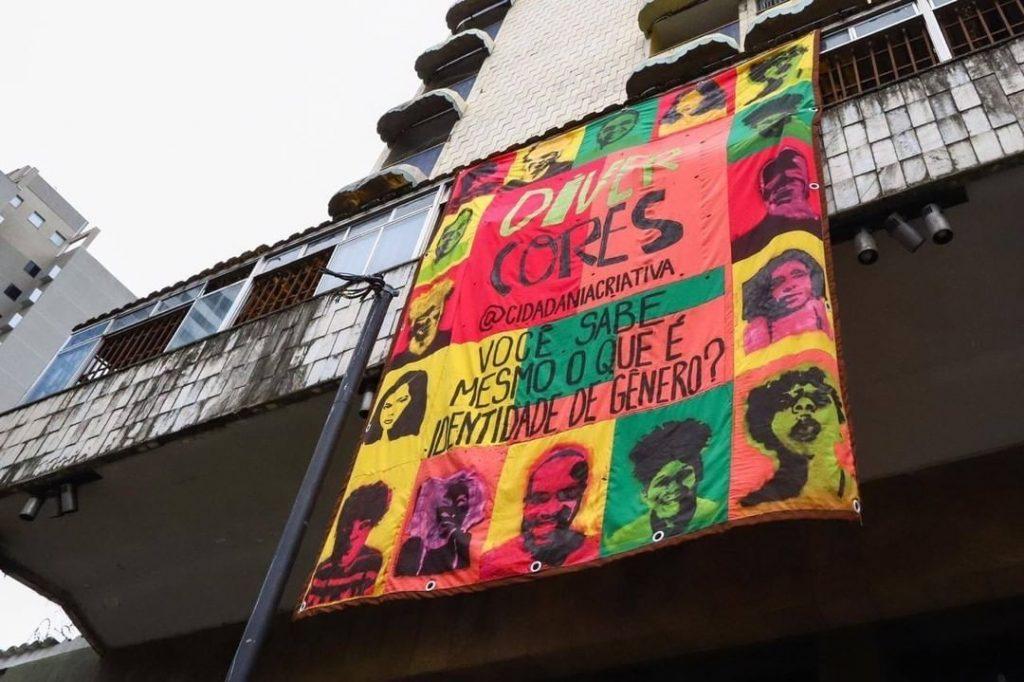 Estandarte do Divercores, ação final do curso Comunicação Solidária, na fachada da Ocupação Carolina Maria de Jesus, no Centro de BH. Foto: Flávio Tavares/ O Tempo