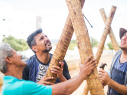 homens participam de mutirão em comunidade
