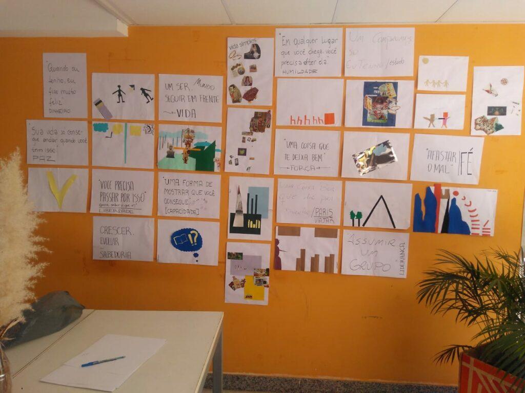 parede com atividades do processo de design colaborativo do descubra